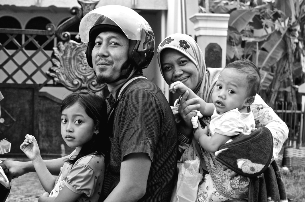 amily in Probolinggo, Indonesia by Arnaldo Pellini
